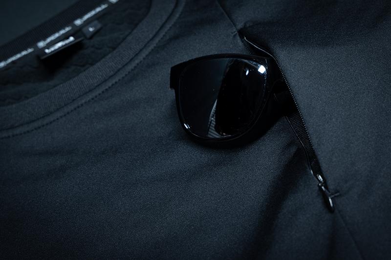 コンシールファスナー採用の胸ポケット